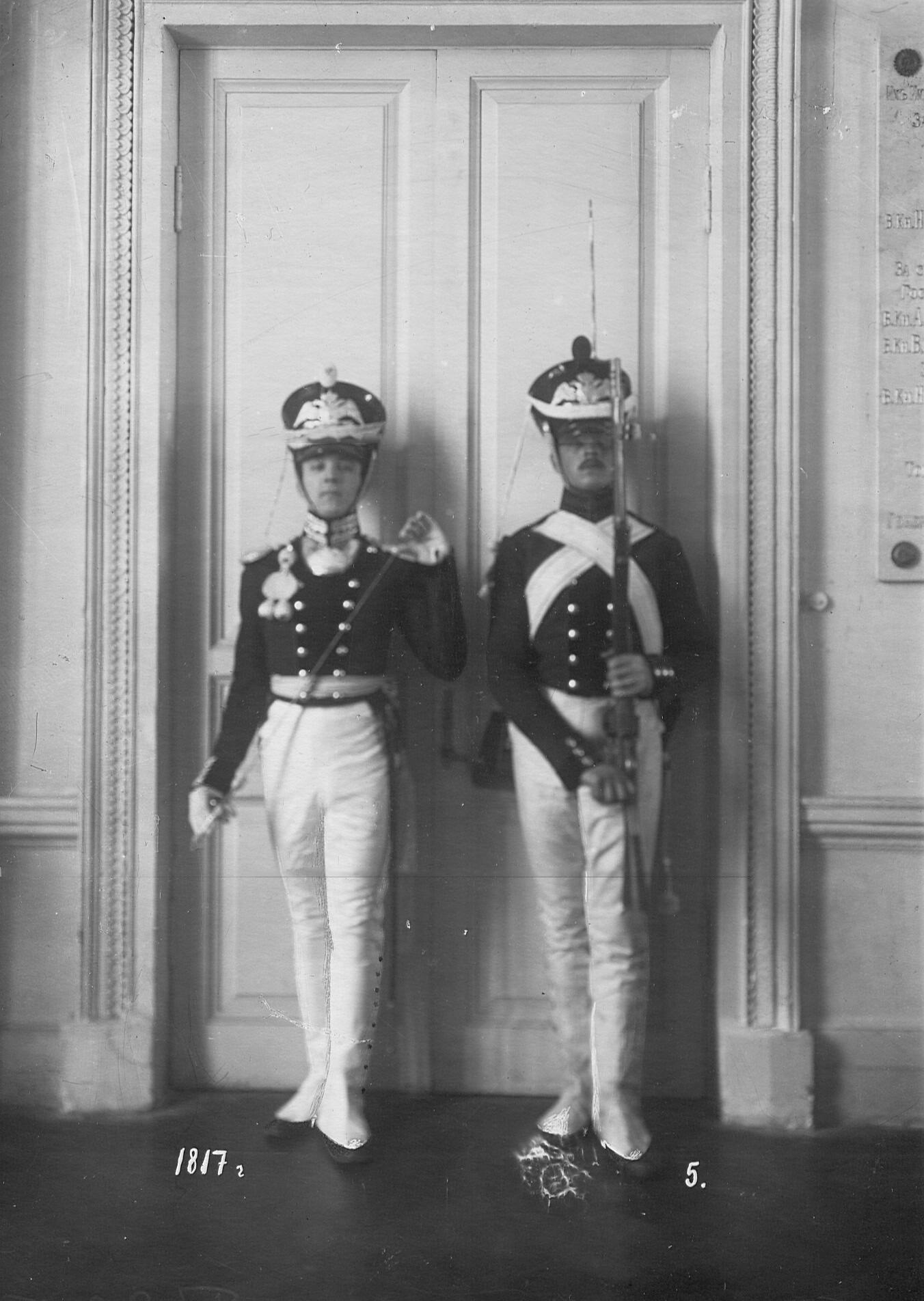 Обер-офицер и рядовой сапер батальона в форме образца 1817 года.