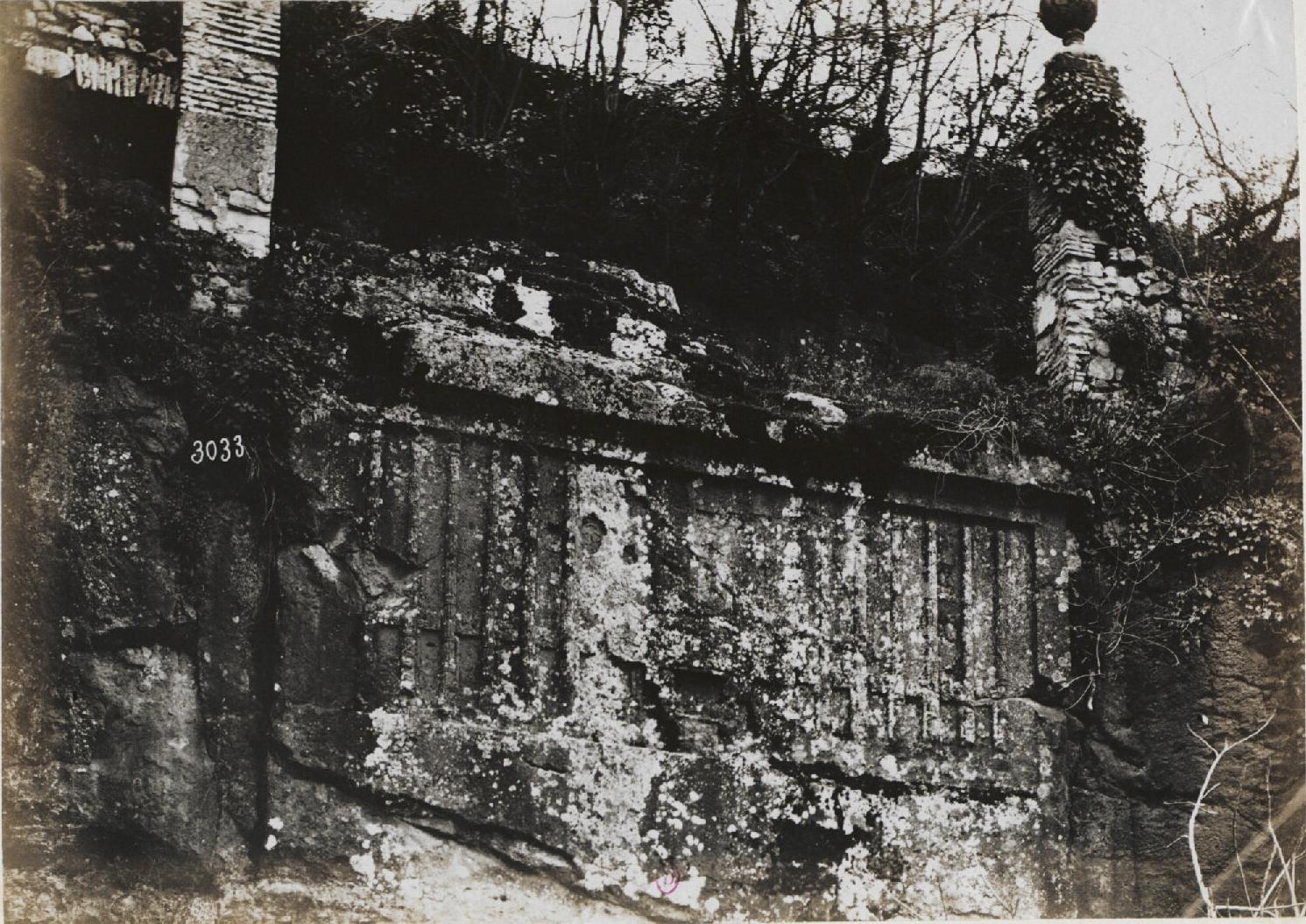 Альба-Лонга.  Отвесная скала, с вырезанной в ней гробней римского консула
