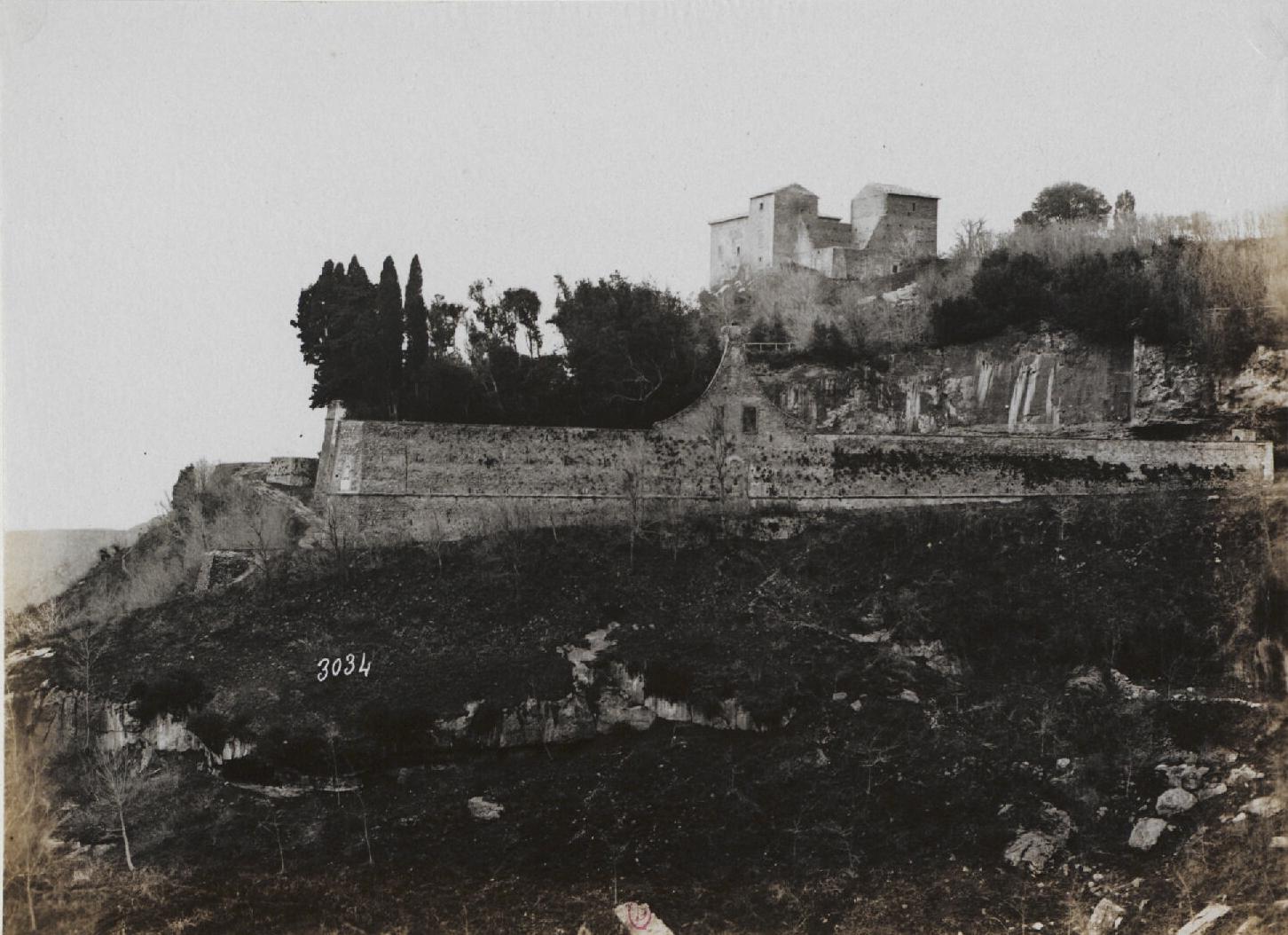 Альба-Лонга.  Отвесная скала.(под монастырем Палаццуола, за стеной)