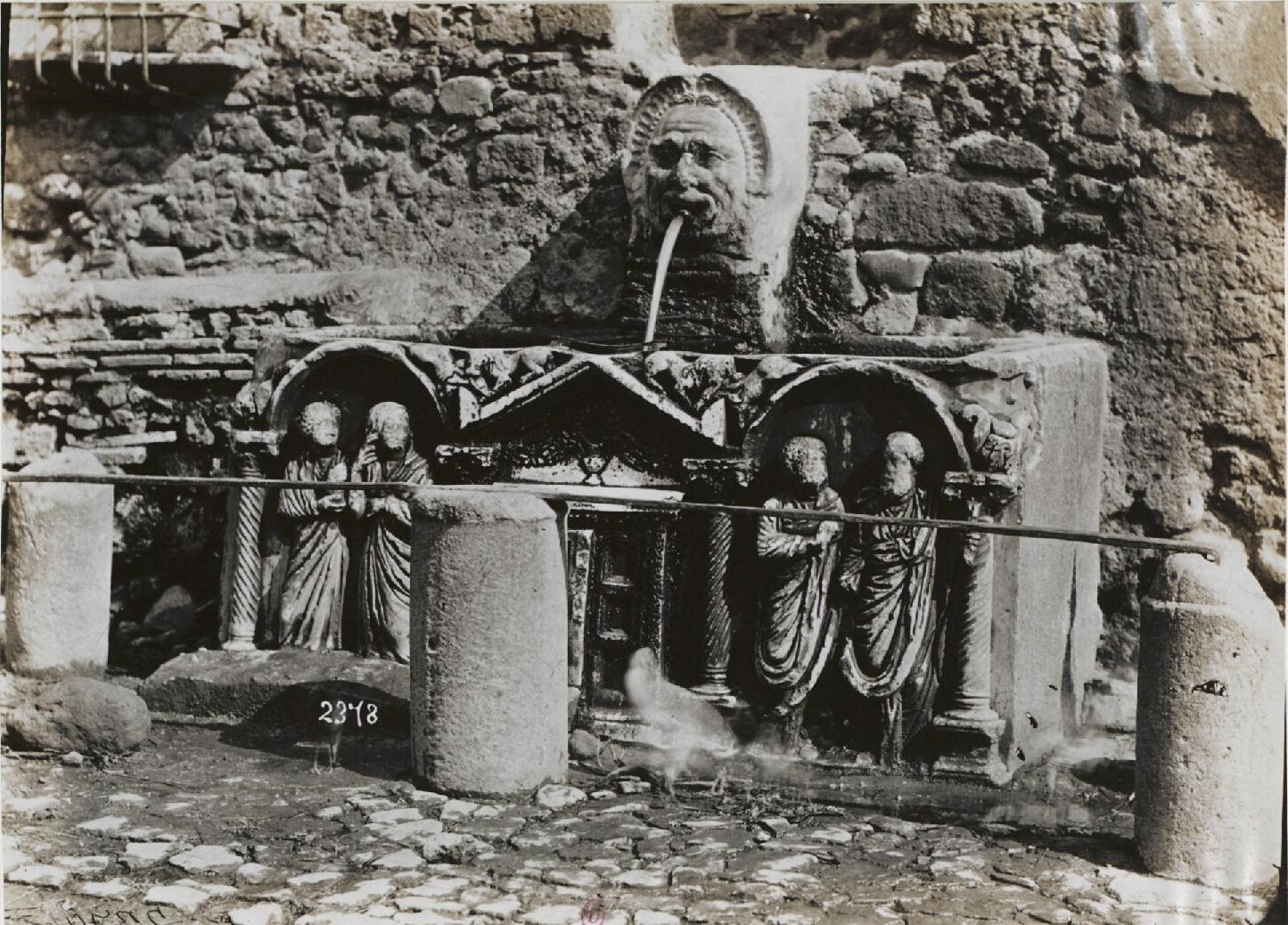 Ланувий, Фонтан, сделанный из саркофага третьего века