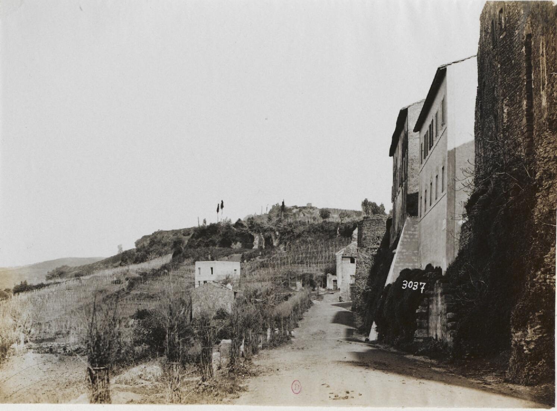Ланувий. Часть стены Цитадели времен Империи, с отдаленным видом на скалы