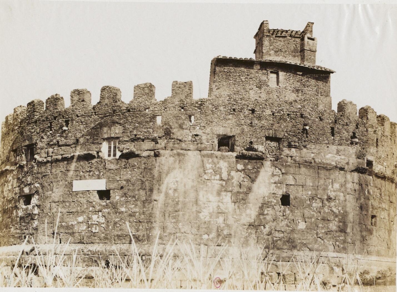 Окрестности Фраскати. Мавзолей времен Адриана, назывался Торрон, часть замка Савелли XV века