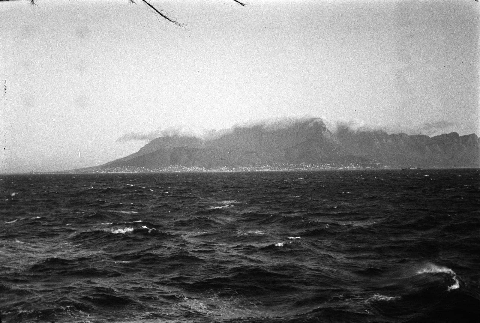 Кейптаун. Столовая гора возле Кейптауна, сфотографированная с моря