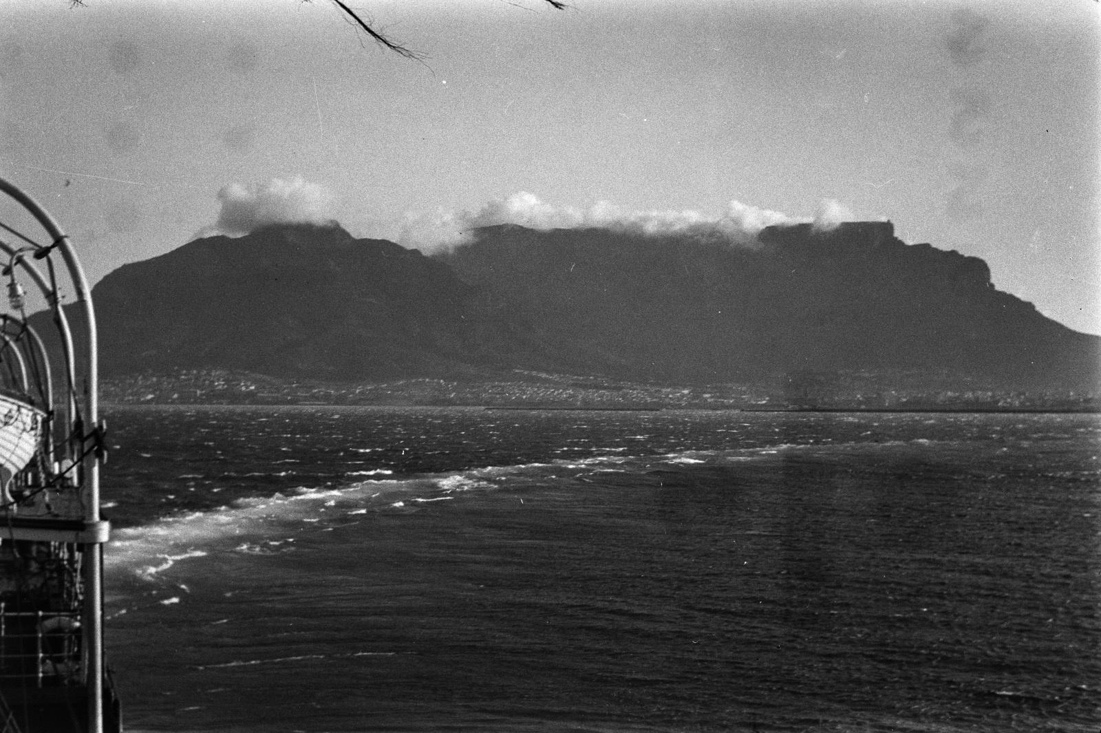 Кейптаун. Столовая гора. У подножия горы находятся поселения
