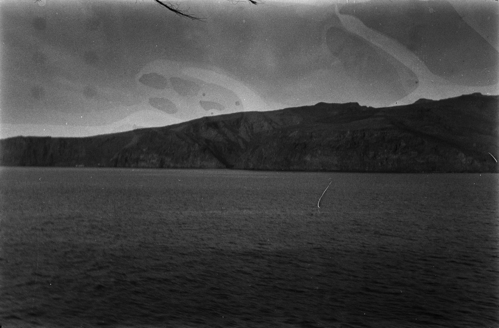Путешествие Кейптаун-Мадейра. Восточное побережье острова Гомера. Крутой берег с четко узнаваемой красновато-коричневой скалой.