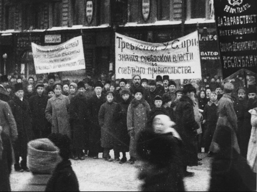 1917. Демонстранты требуют признания Учредительным собранием Советского правительства, декабрь