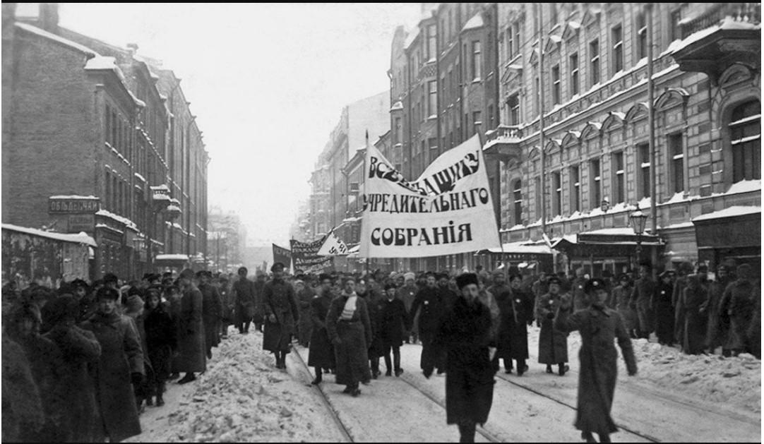 1918. Горожане и военные — сторонники Учредительного собрания на улицах Петрограда 5 января