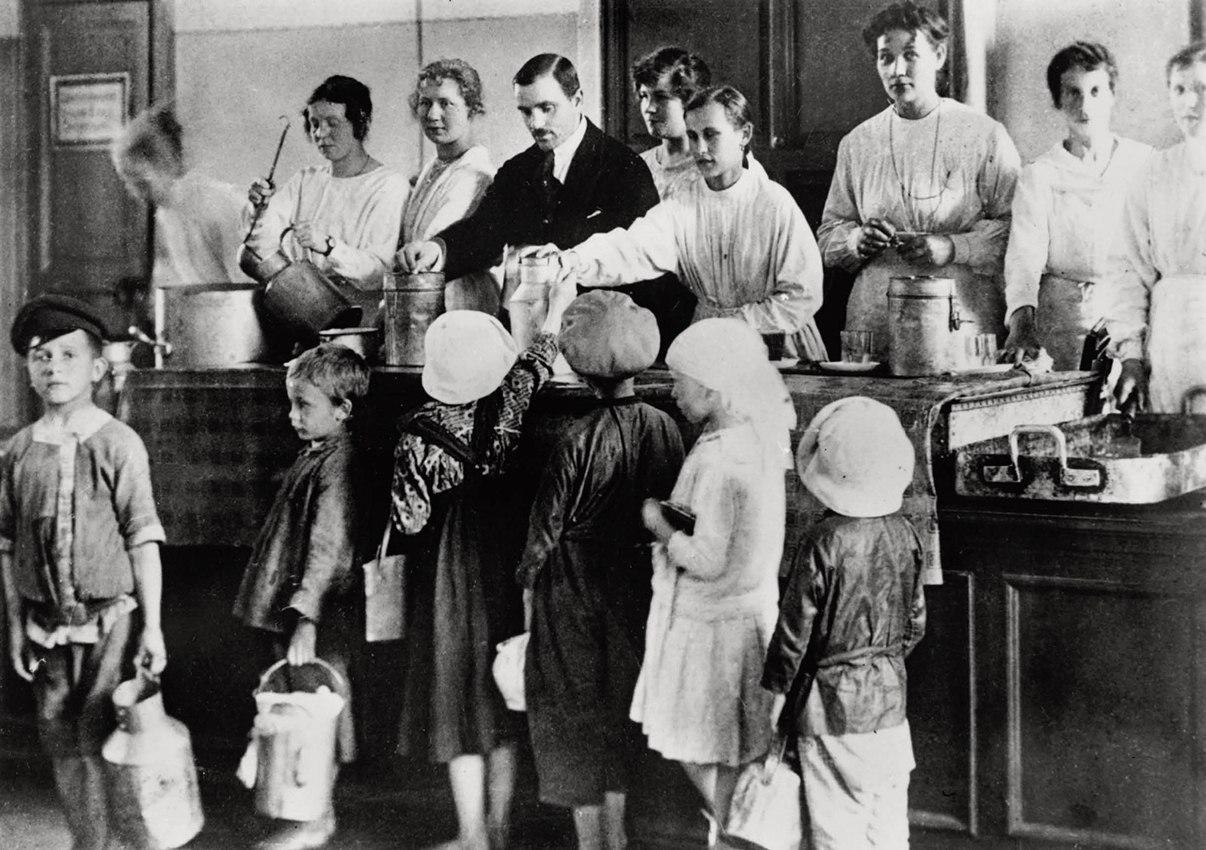 1918. Петроградские дети получают бесплатные обеды