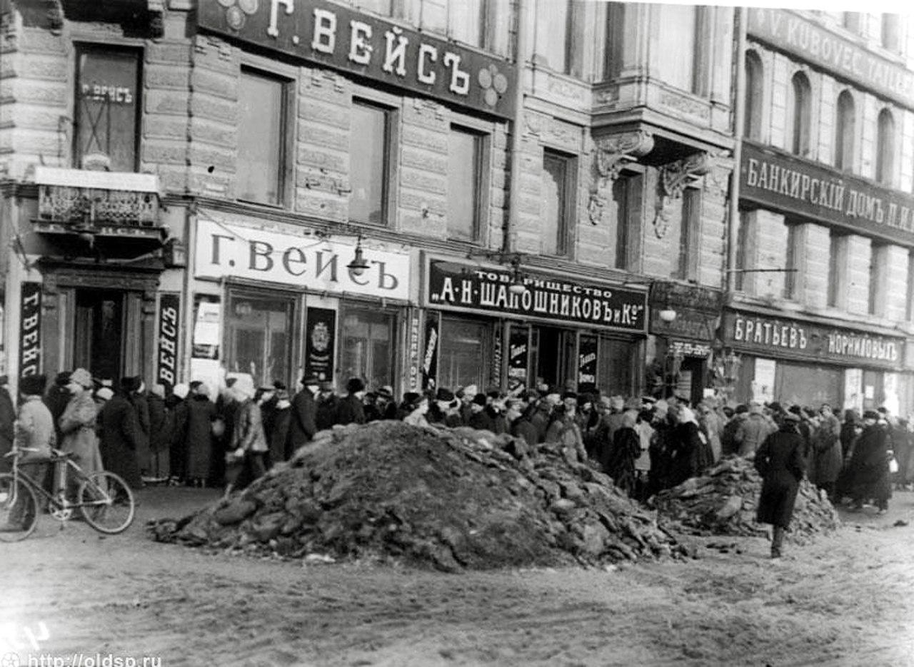 1918. Очередь за табаком на углу Невского пр. и Караванной улицы
