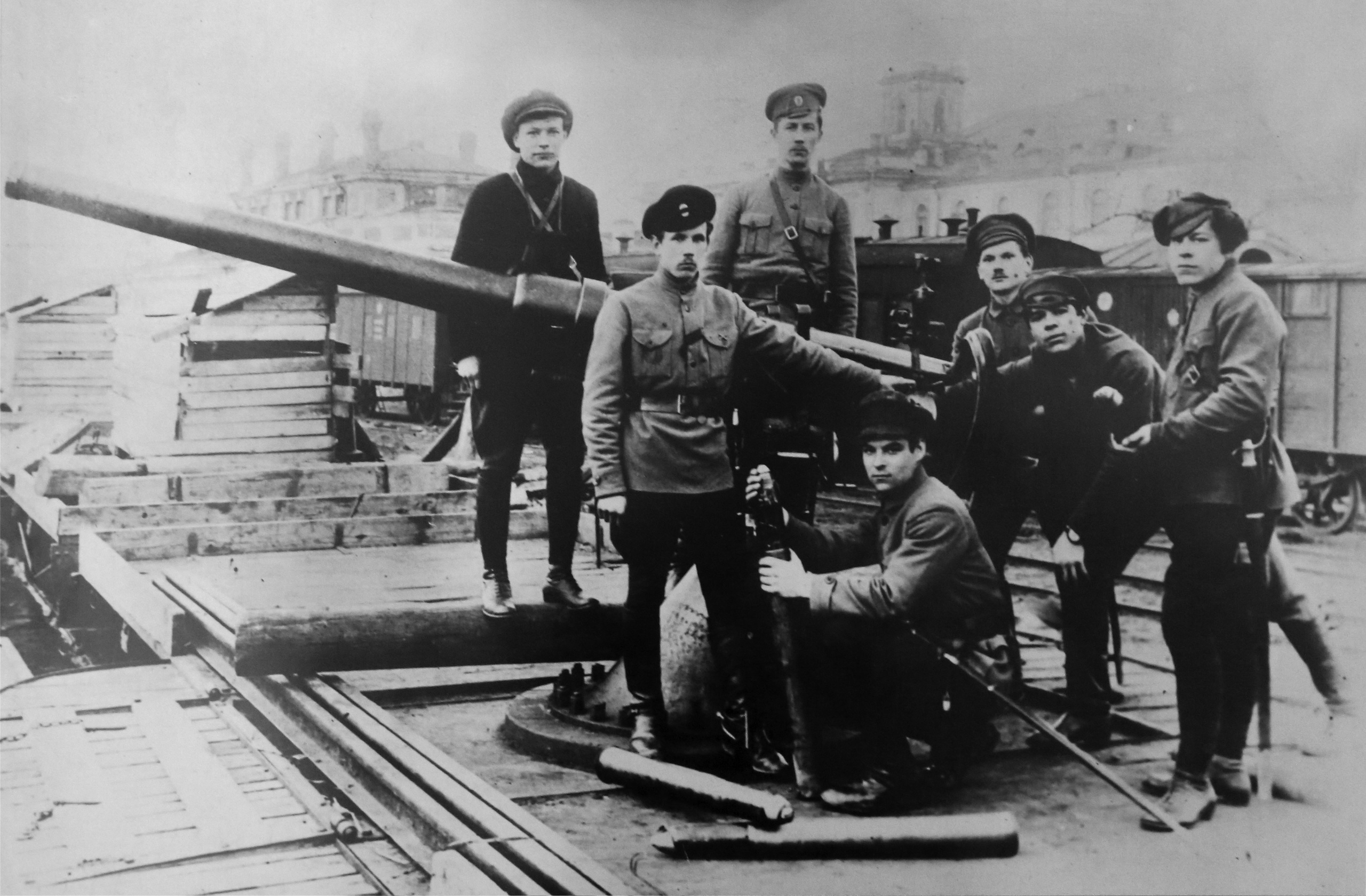 1918.Орудийная установка на,платформе товарного вагона с обслуживающей орудие артиллерийской прислугой. Петроград