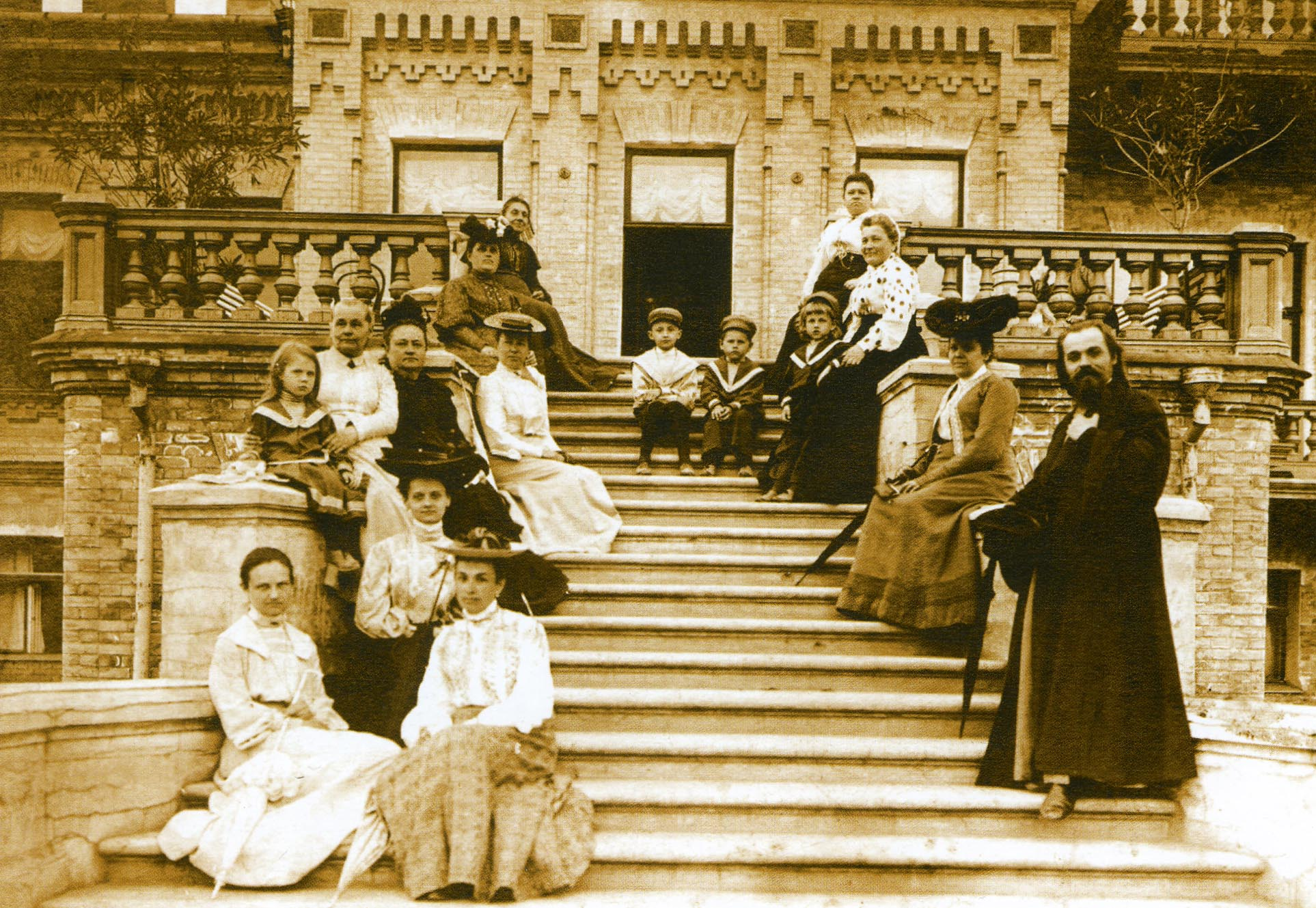 И.А.Астмолов с родными и знакомыми на терассе дома