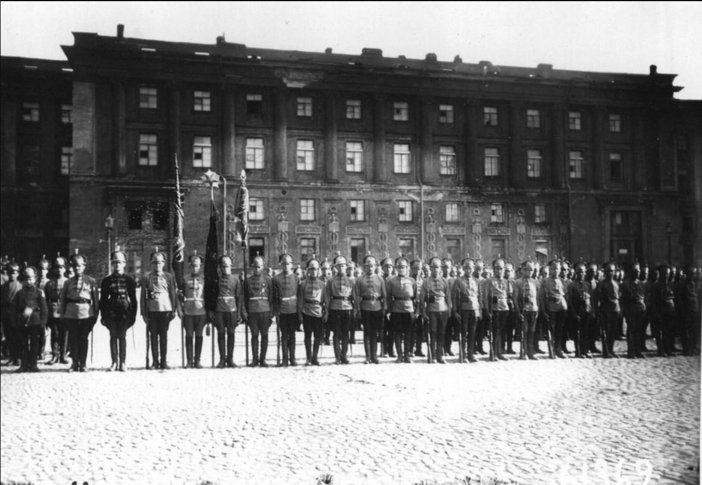 Красноармейская часть в юнкерских киверах.