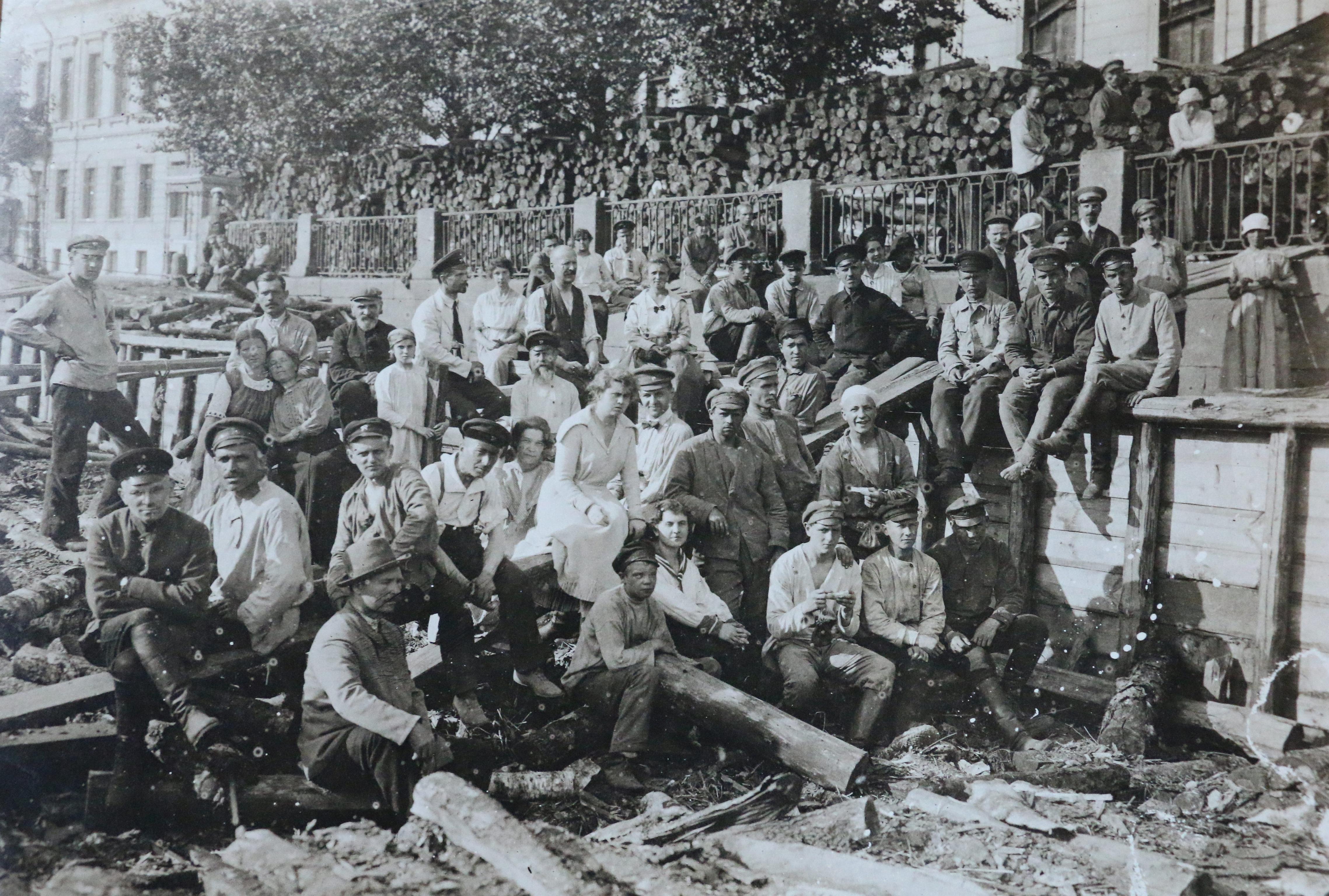 Группа работников Петроградского Совета, добровольная работа по субботам. Июнь