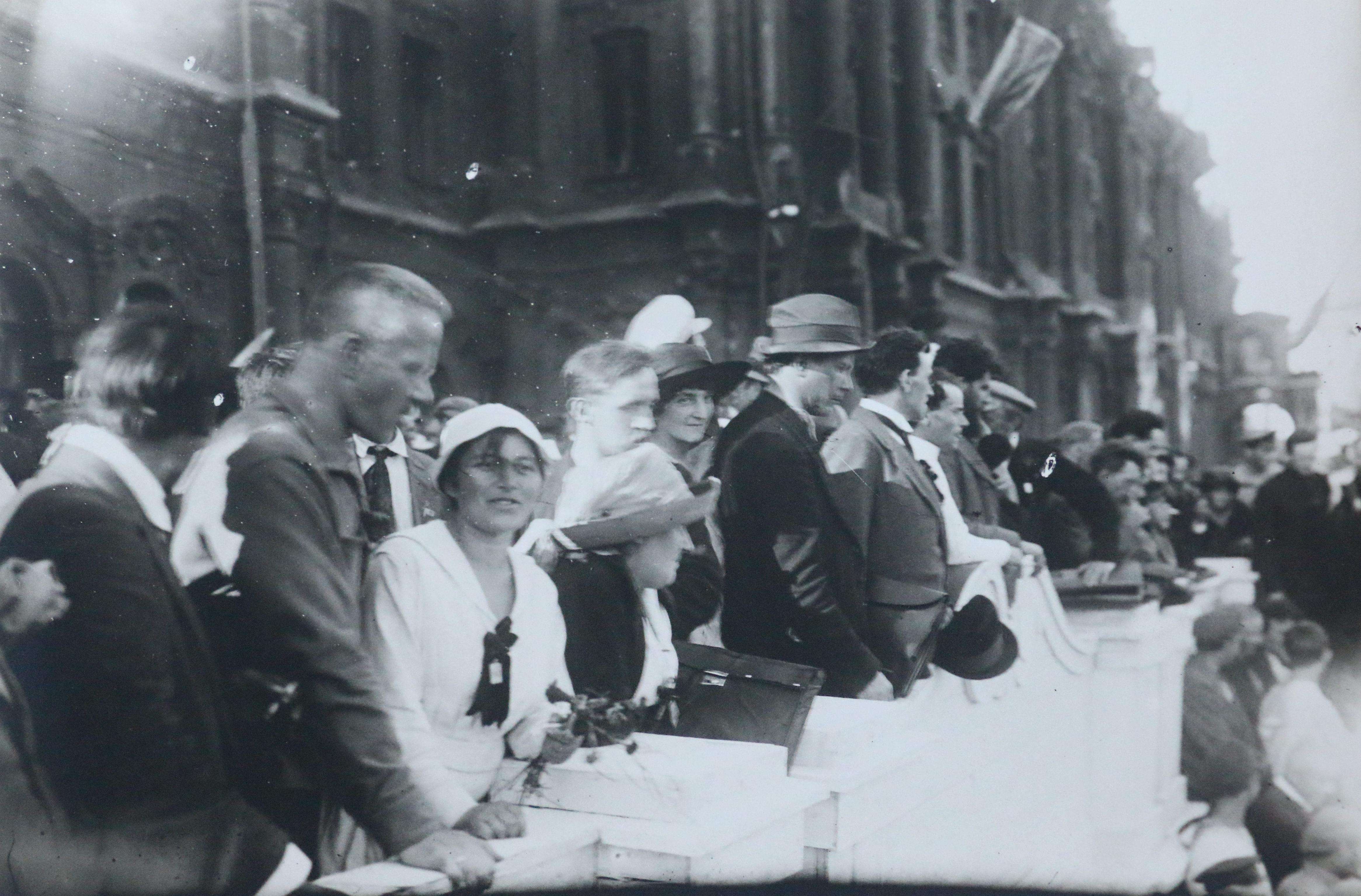Трибуна на площади Урицкого, 17 июля