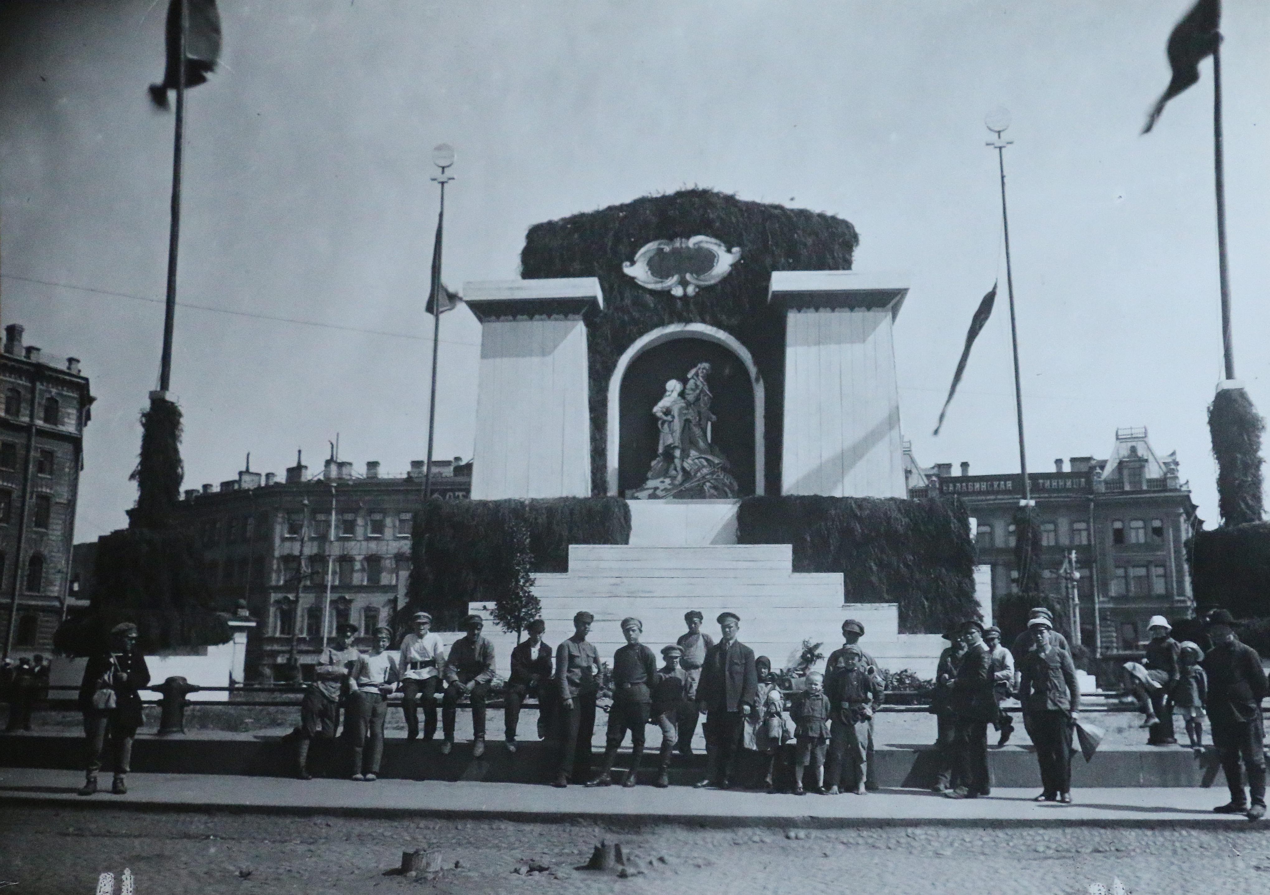 Позади Площади Восстания