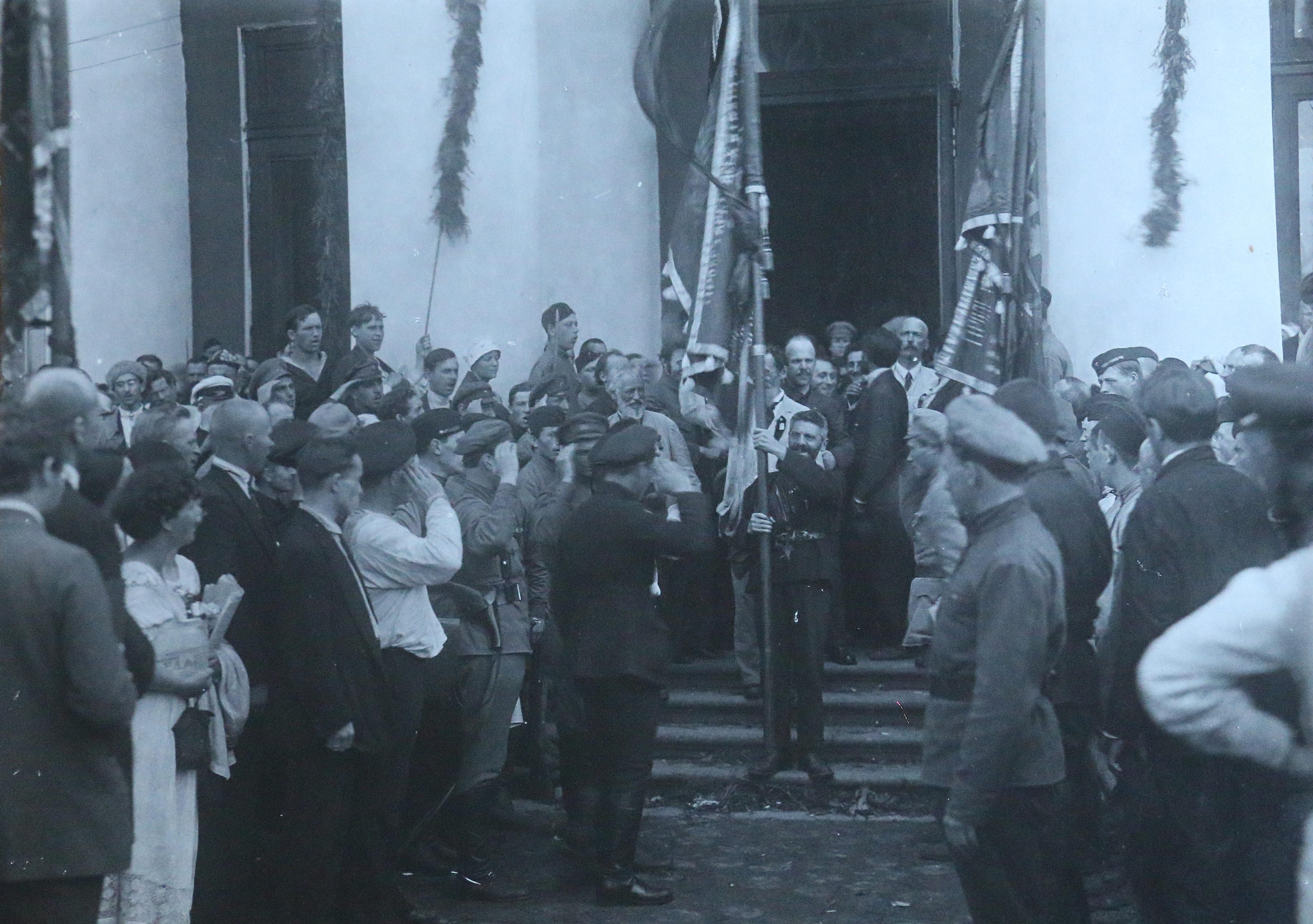 Выход из дворца Урицкого (Таврический дворец). 17 июля