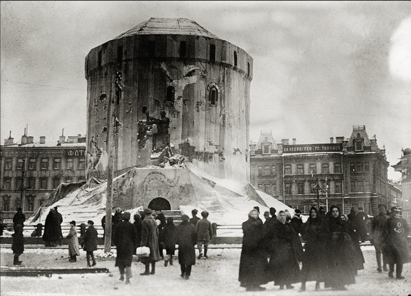 Попытка превратить памятник Александру III в объект монументальной пропаганды.