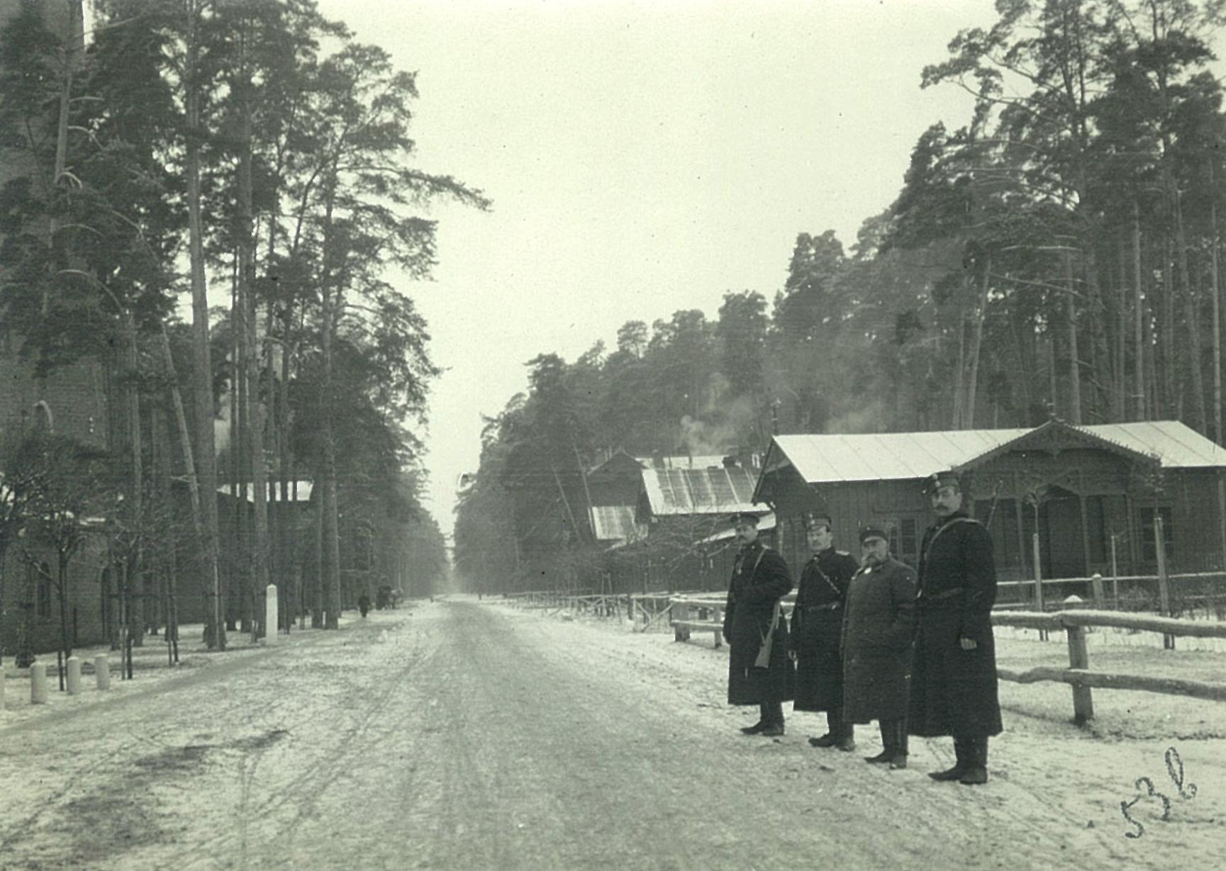 Зимний проспект с воинским патрулём