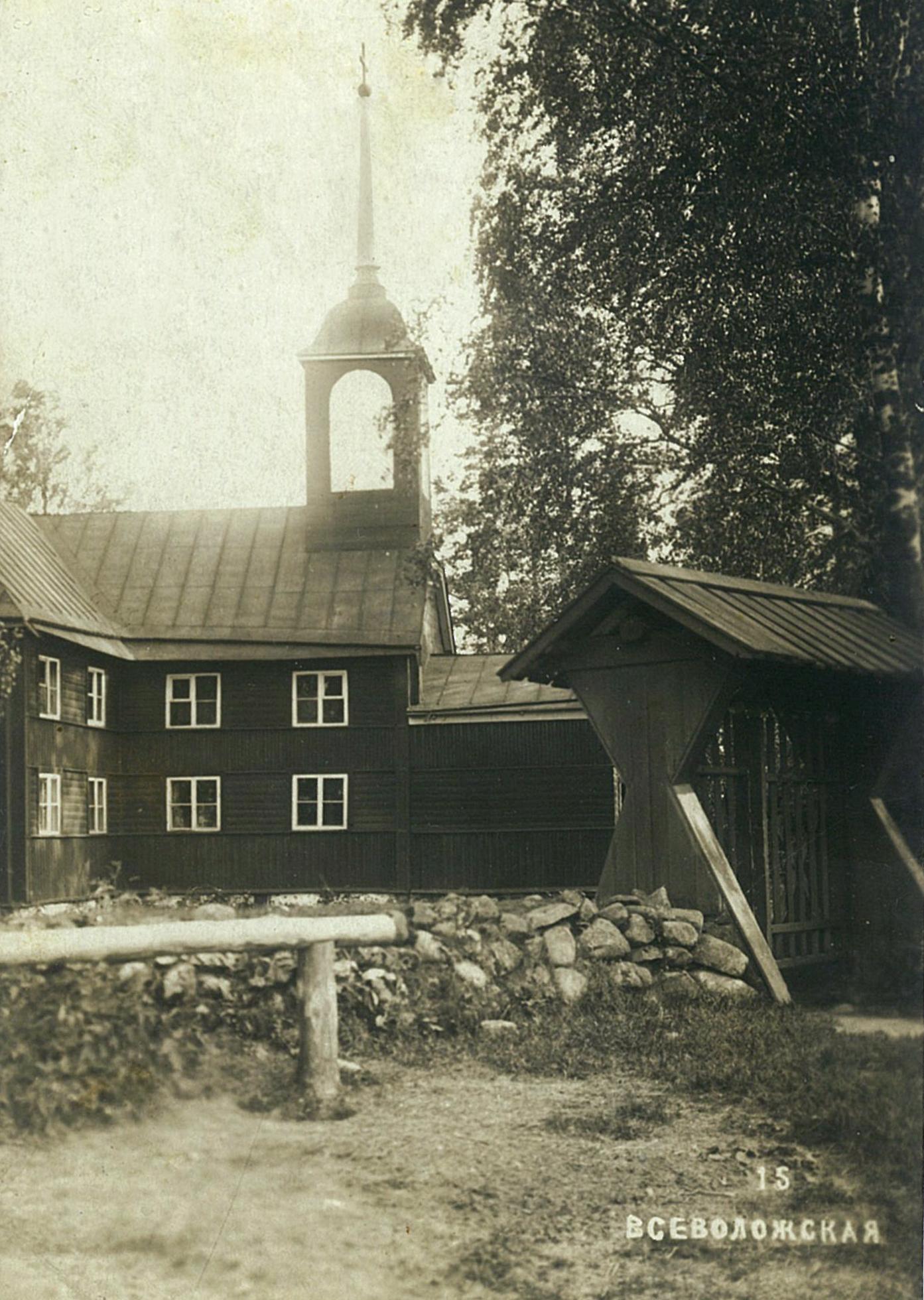 Деревянное здание с церковью