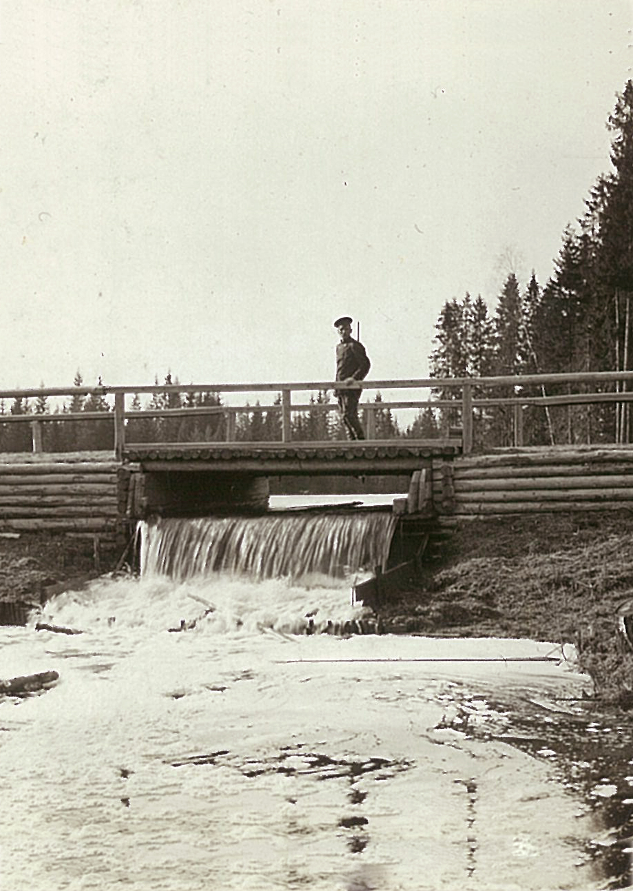 Деревянный мост и плотина