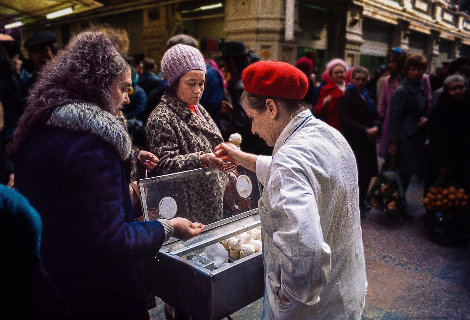 Продавец мороженого в ГУМе