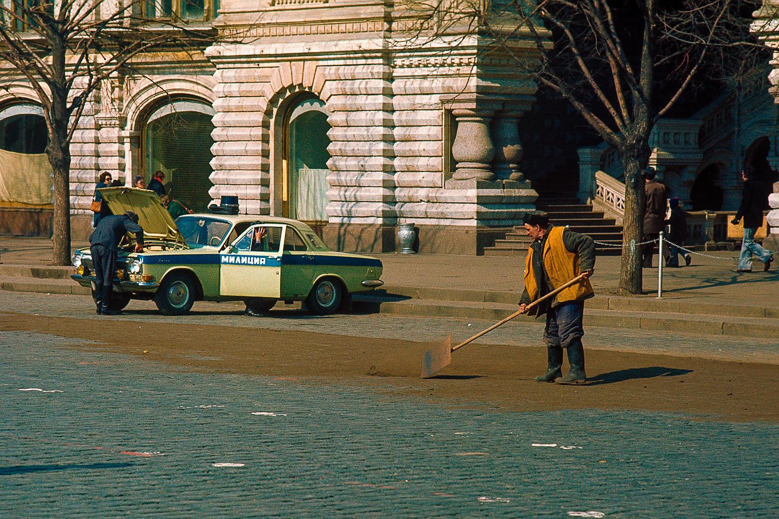 Дорожный рабочий на Красной площади