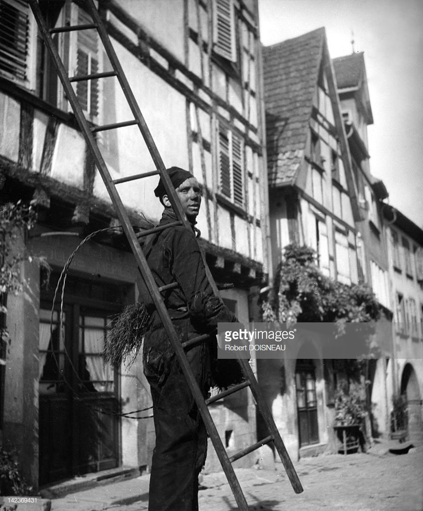 1945. Трубочист с его лестницей и орудиями на улицах Рикевира
