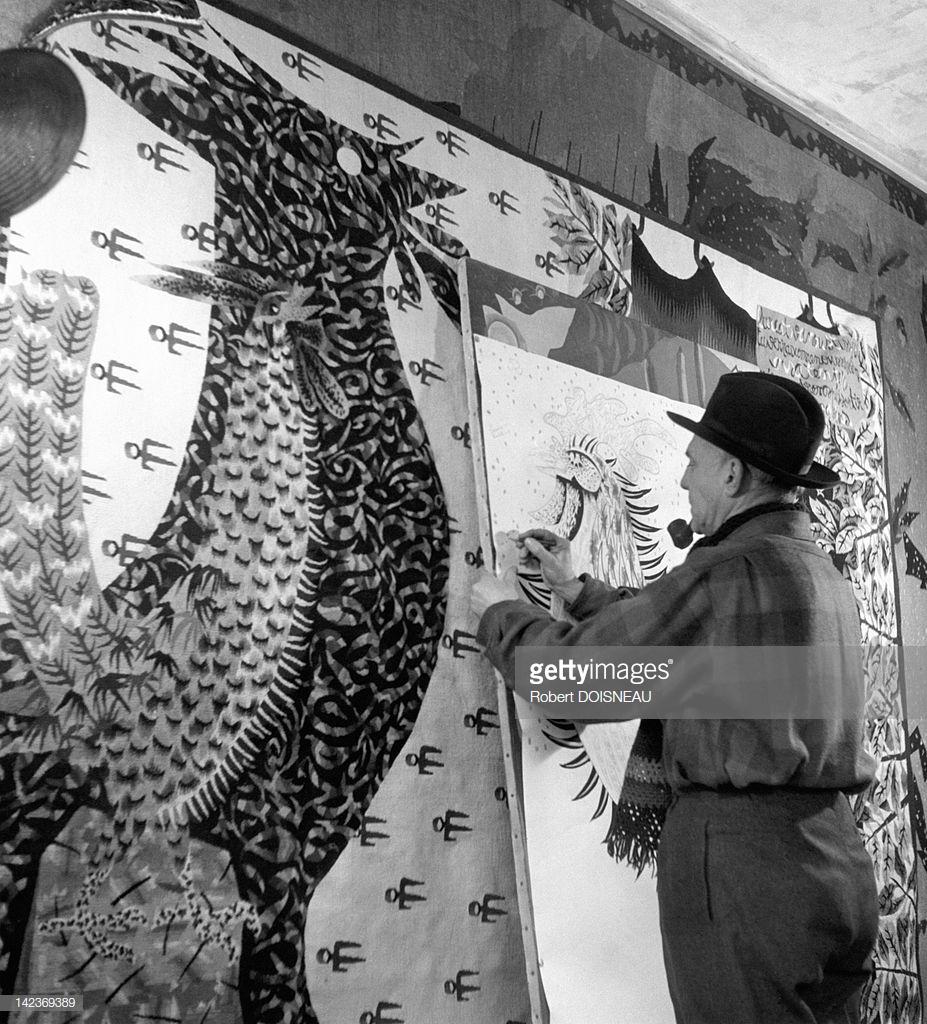 1945. Французский художник Жан Луркат в своей мастерской показывает, что он рисует по образцу «Современный Апокалипсис» в замке 11 века, где он жил