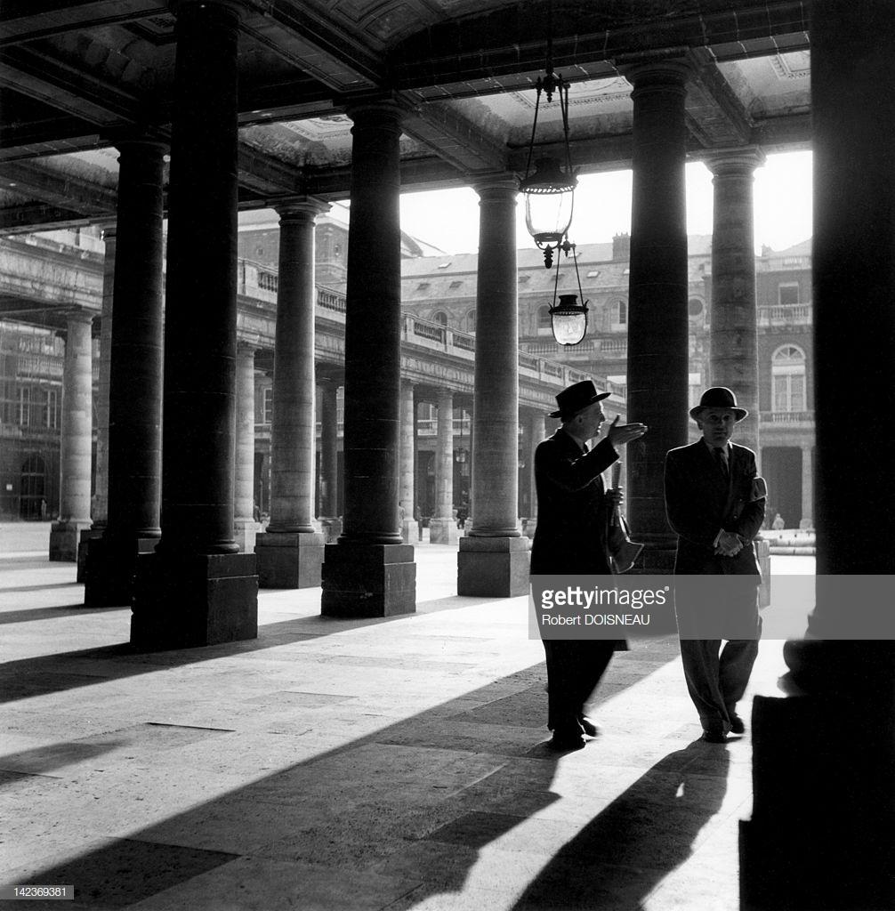 1950. Двое мужчин гуляют в Пале-Рояле