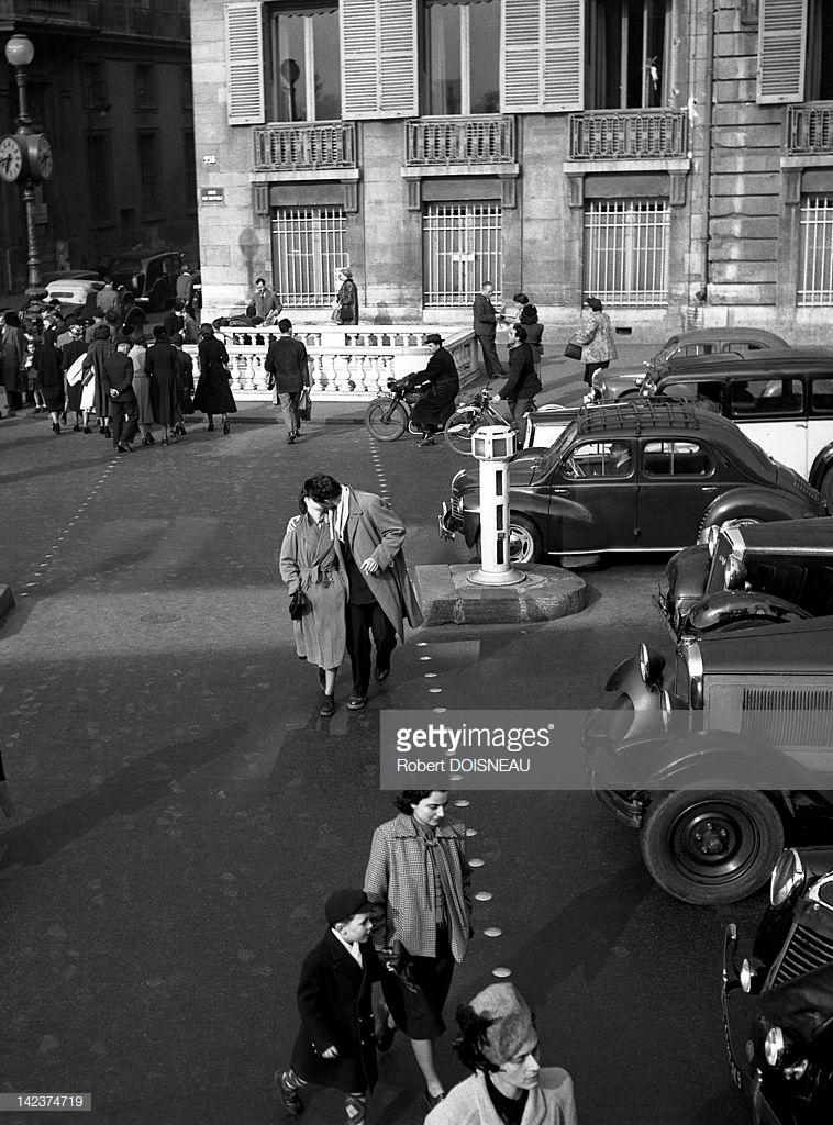 1950. Пара целуется в толпе на пешеходном переходе Рю де Риволи