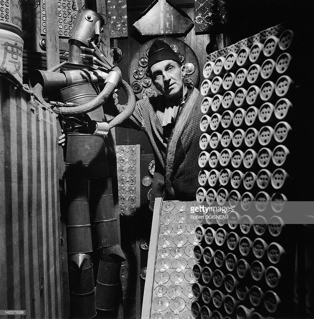 1951. Гилберт Фрюжье в мастерской с роботом из труб, труб и барабанов в Лиможе