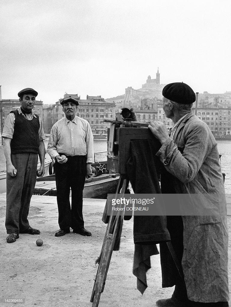 1951. Два игрока в петанк  в порту Марселя