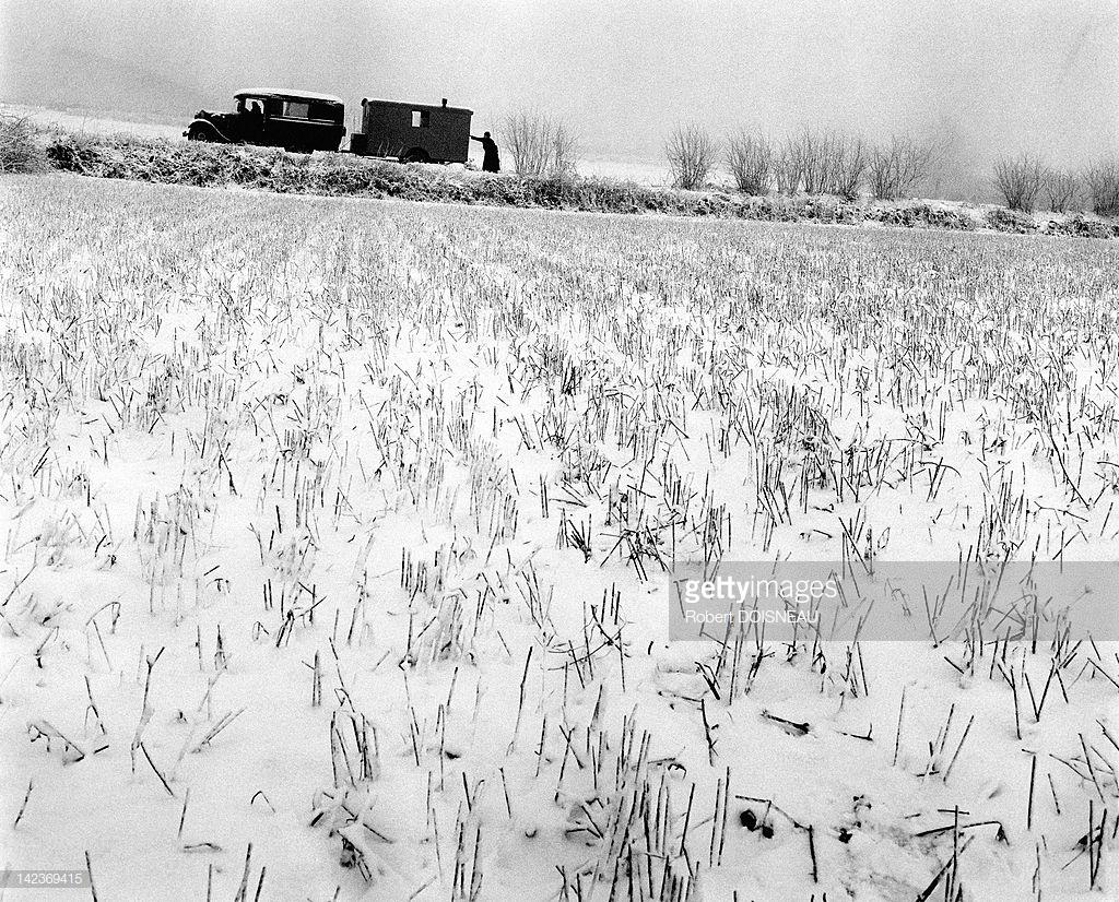 1951. Священник, подталкивающий автомобиль в департаменте Крёз зимой в декабре