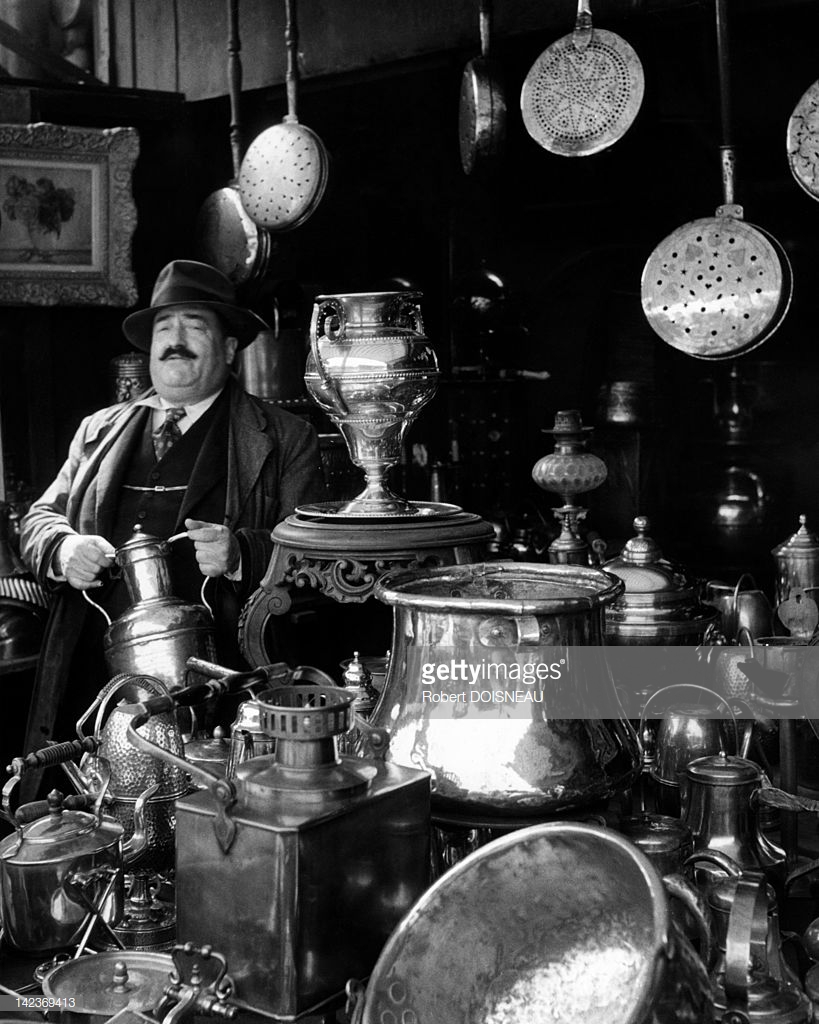 1951. Торговец латунными изделиями на блошином рынке Сент-Оуэн