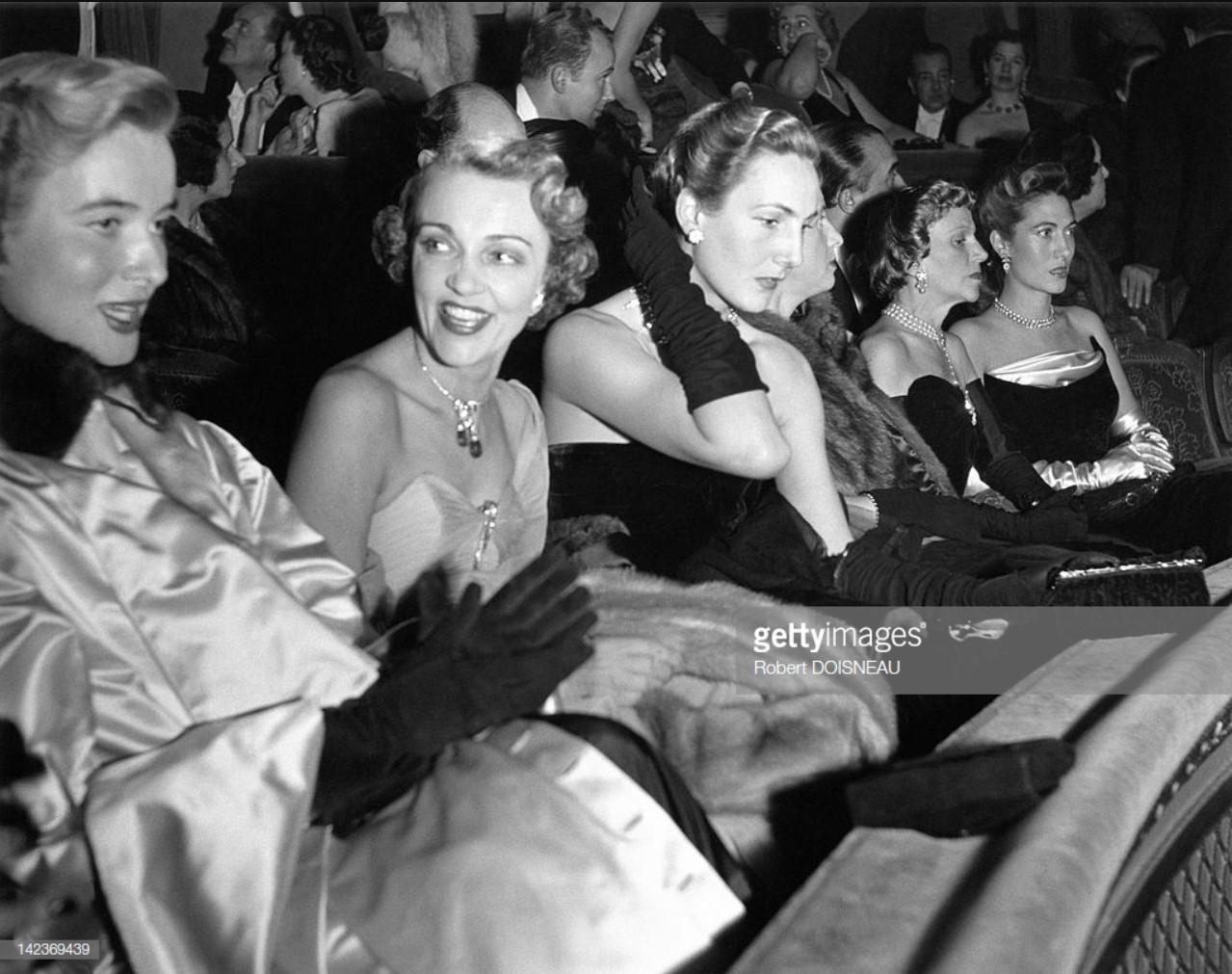 1951. Французская актриса Жаклин Делюбэк в цирке, Париж