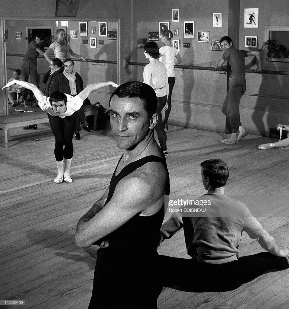 1960. Морис Бежар и танцоры во время репетиции