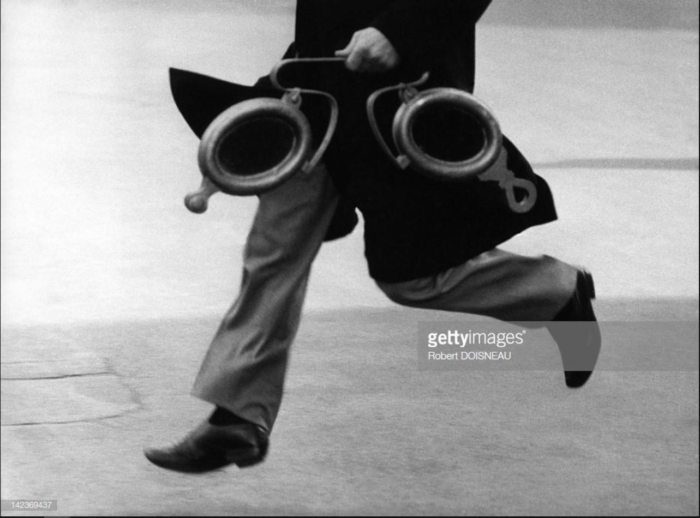 1967. Французский виолончелист Морис Баке, несущий огромные очки, Париж