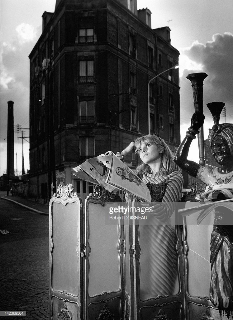 1969. Франсин Дуано, дочь фотографа, читающая журнал  перед отелем Наполеон. Кламар