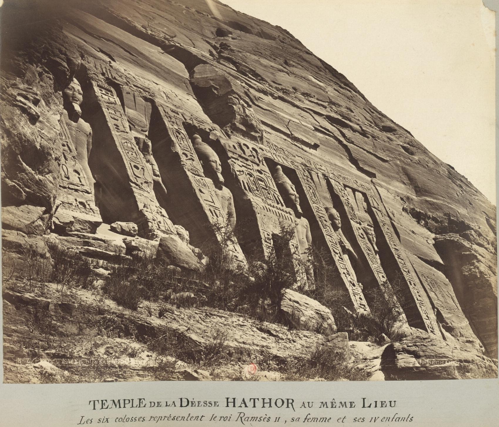 Абу-Симбел. Храм богини Хатхор в том же месте. Шесть колоссов представляют Рамзеса II, его жену и его детей.