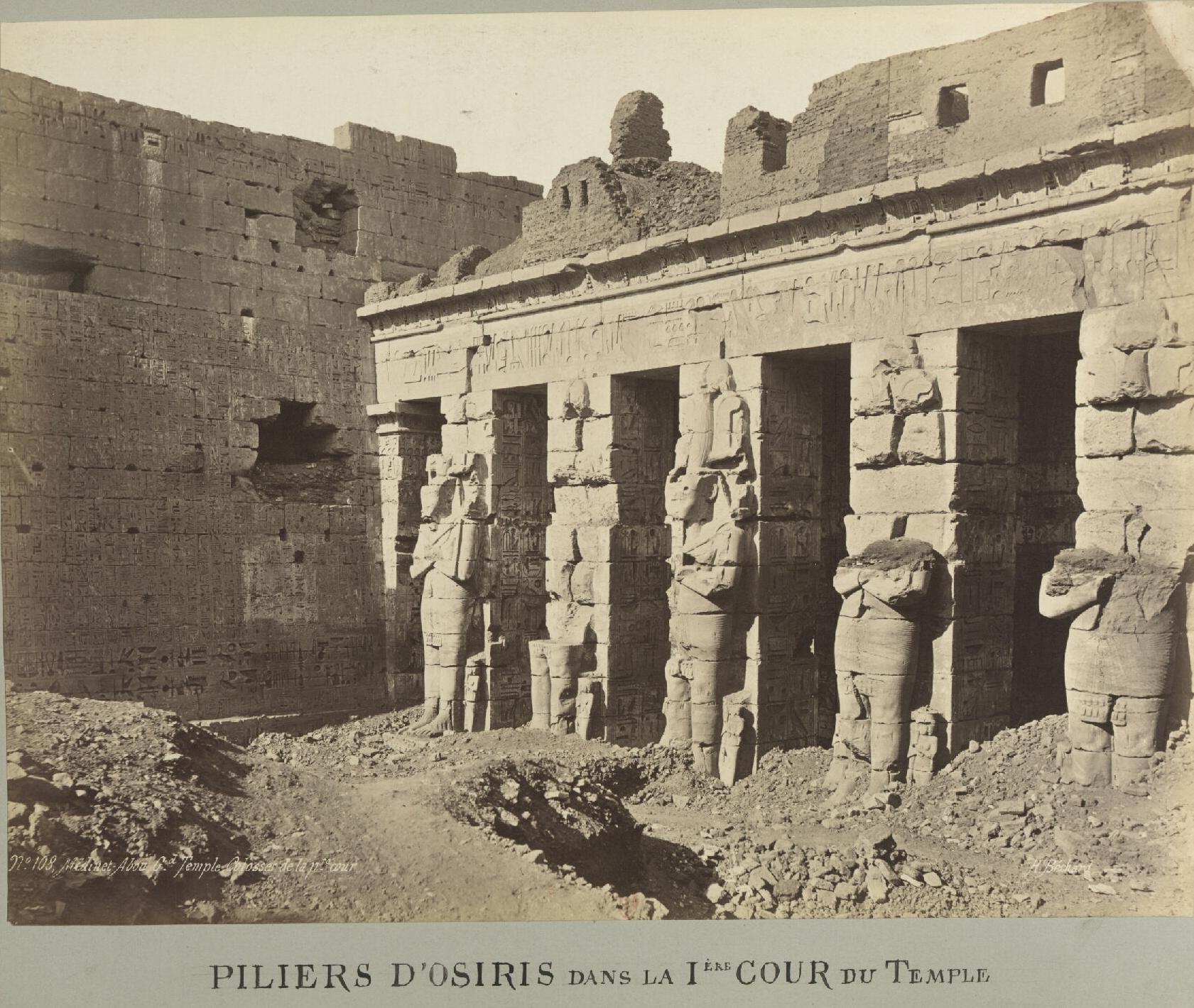 Мединет-Абу. Погребальный храм Рамсеса III. Статуи Осириса в первом дворе