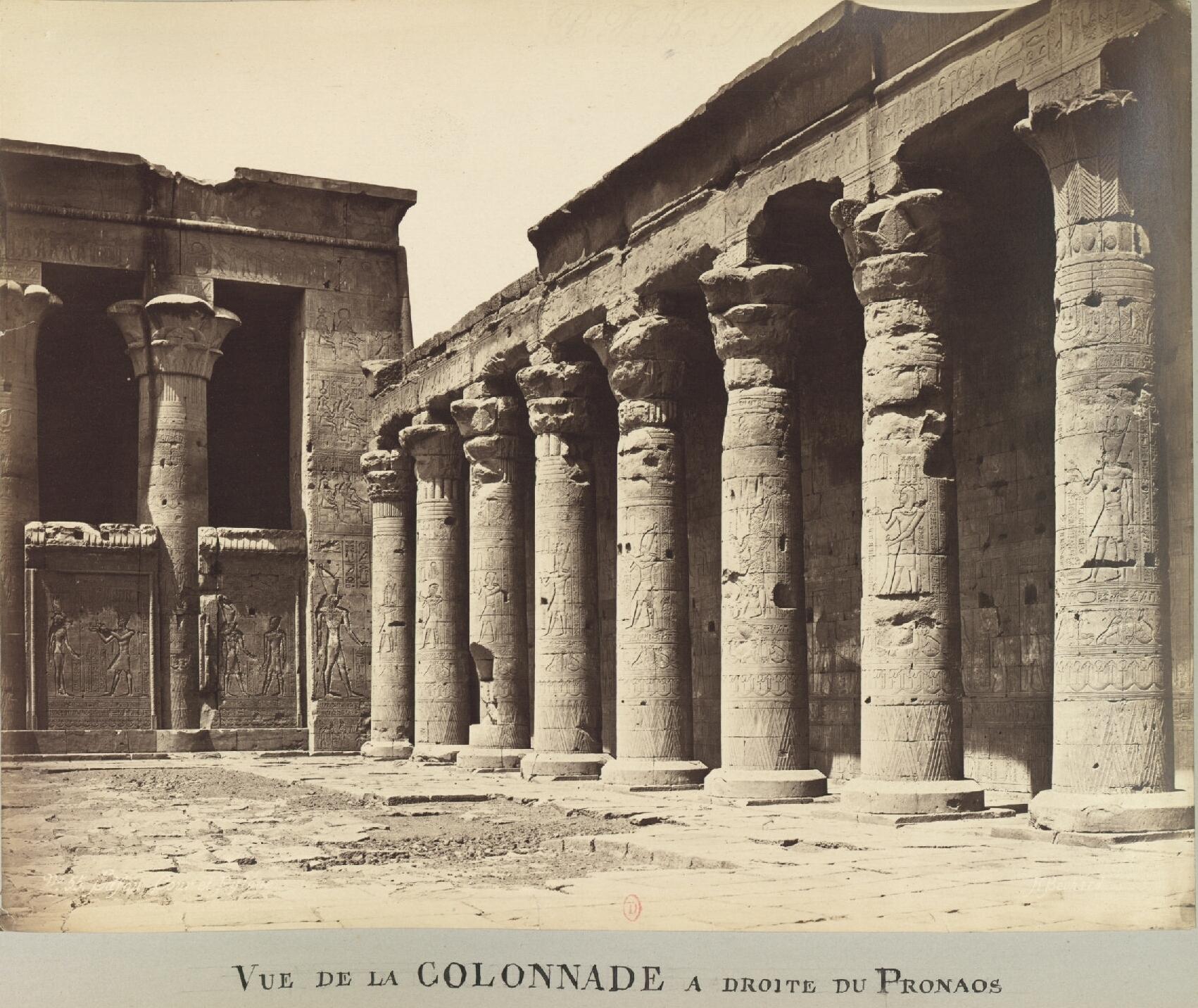 Эдфу. Вид на колоннаду справа от пронаоса