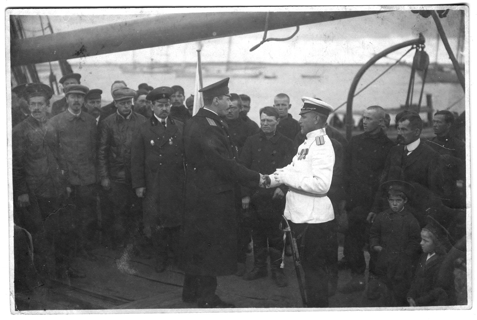 Седов Г. Я. и участники экспедиции с провожающими на палубе судна перед выходом в море.