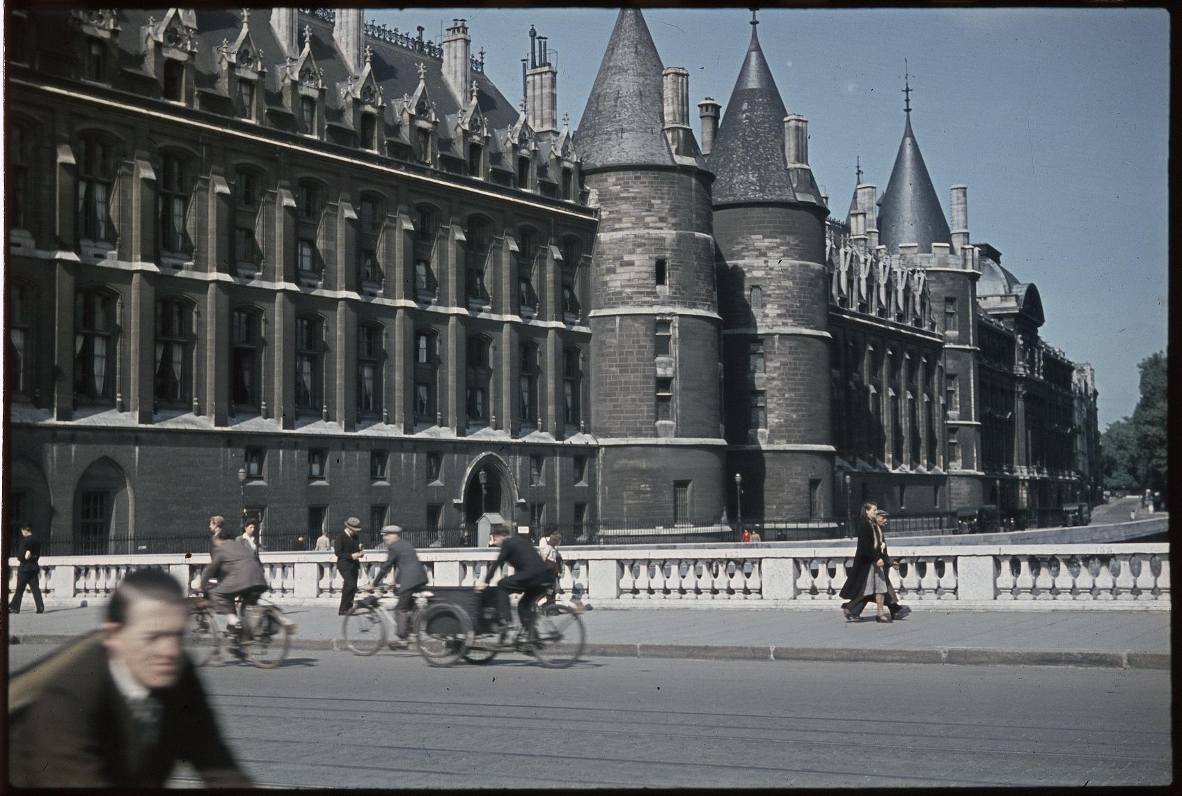 Велосипедисты перед Консьержери