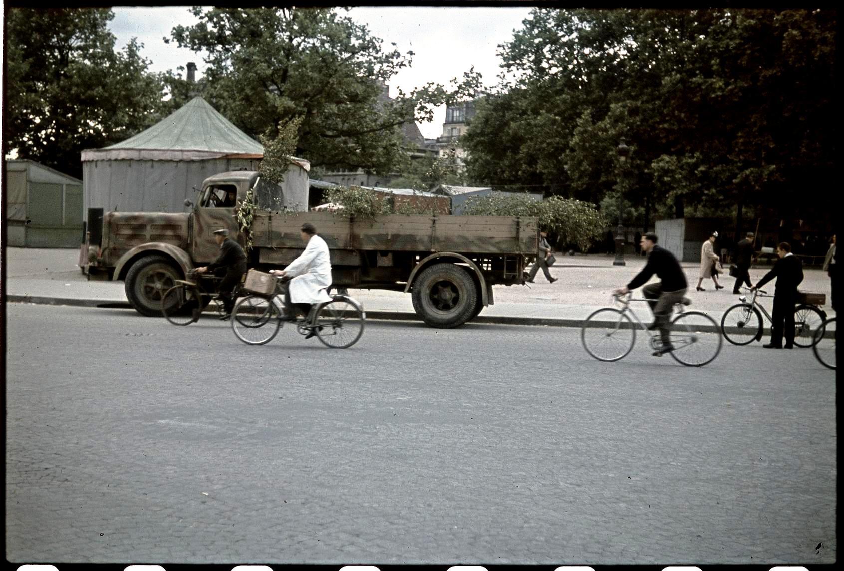 Замаскированный немецкий грузовик на площади Бастилии