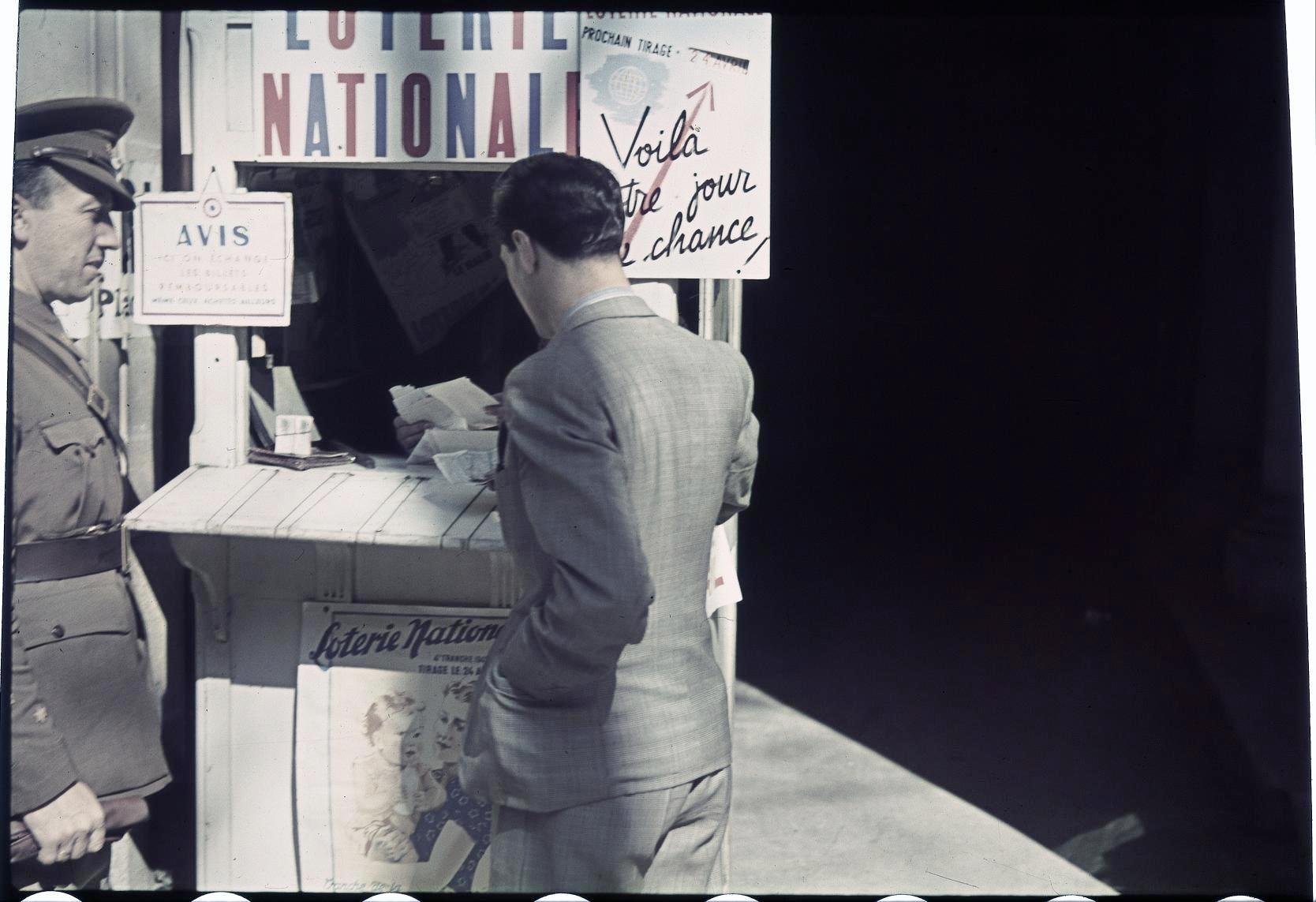 Немецкий солдат возле киоска Национальной лотереи