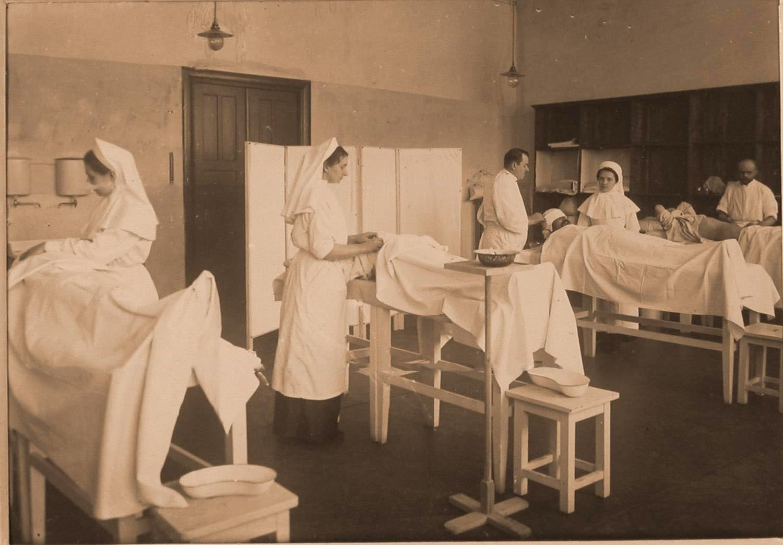 10. Врачи и сестры милосердия во время перевязки раненых в перевязочной на III этаже госпиталя