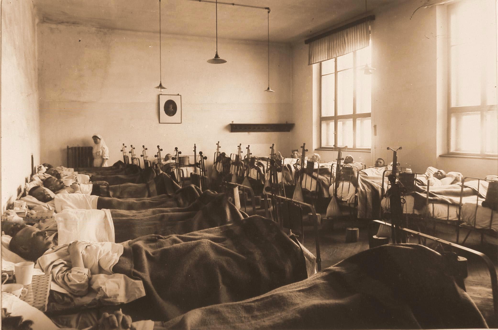 18. Раненые в палате № 4, оборудованной специальными приспособлениями для лечения переломов бедра