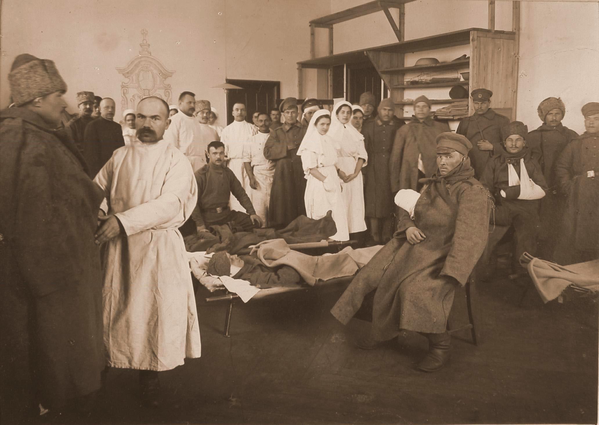 19. Медицинский персонал госпиталя провожает выздоравливающих бойцов после выписки из госпиталя