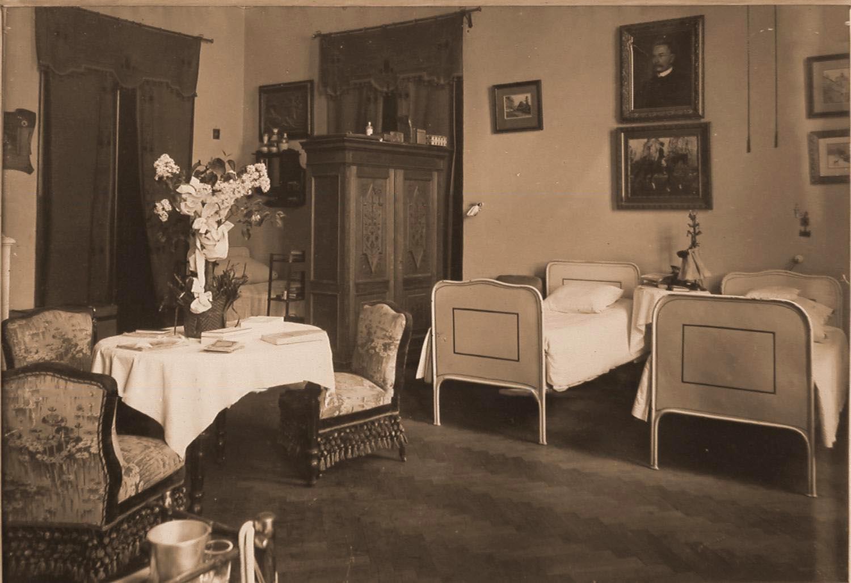 25. Вид части комнаты сестер милосердия в помещении госпиталя