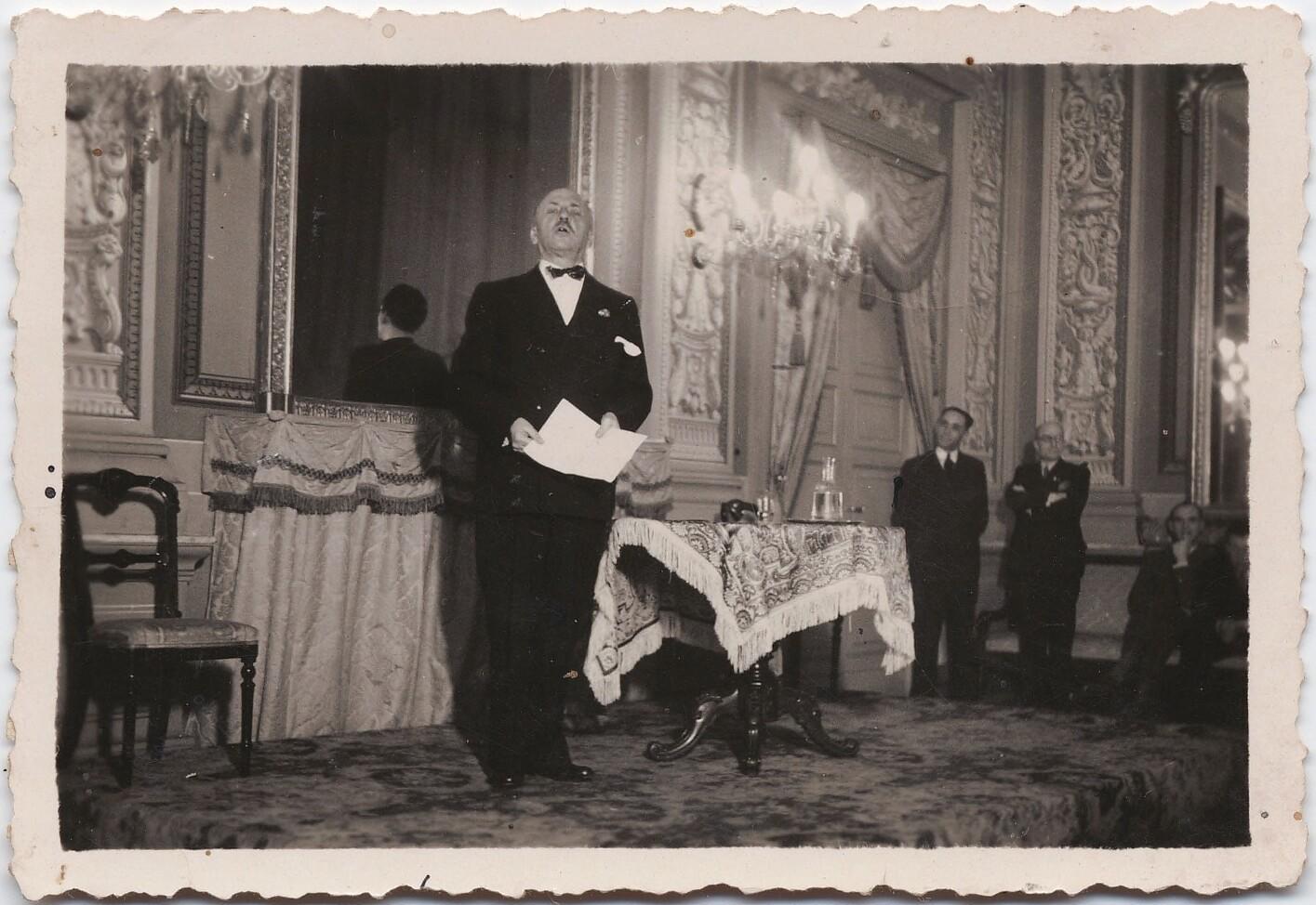 1920-е. Маринетти читает футуристические стихи в аристократическом салоне